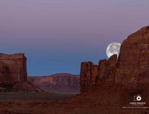 Luna sulla Monument Valley